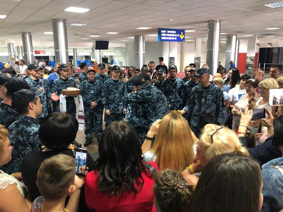 Командующий ВМС ВСУ наградил освобожденных моряков и повысил их в звания...