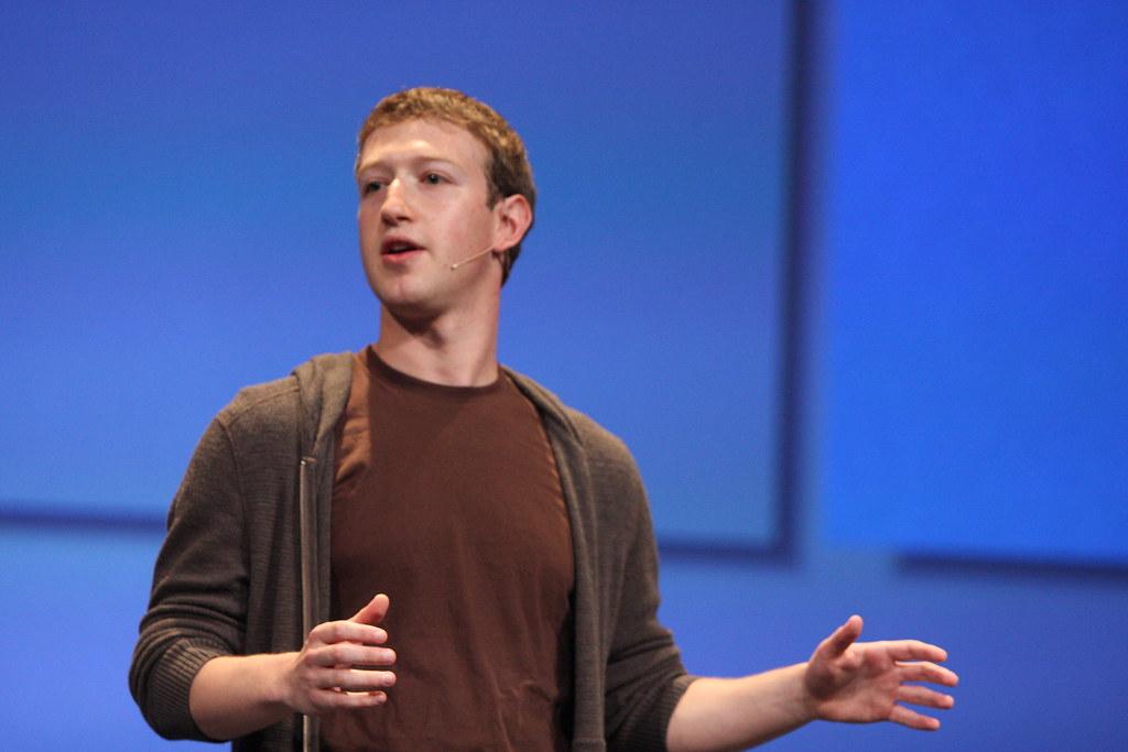 """В Instagram опубликовали видео со зловещим """"Цукербергом"""", упивающимся вл..."""