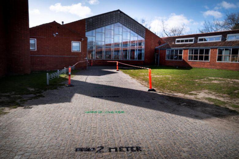 Два метра между партами. В Дании начинают открывать начальные школы и де...