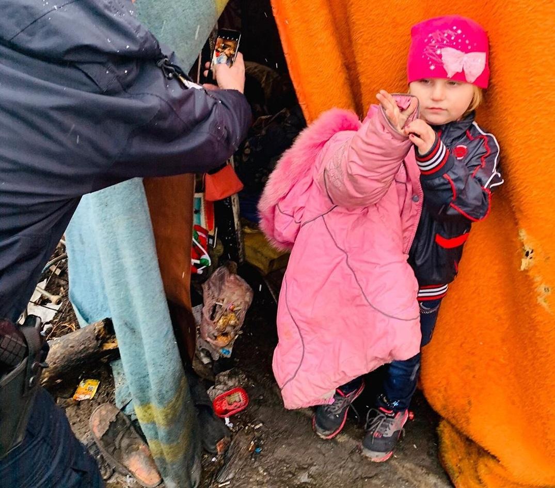 Девочка в розовом: в Одессе отец, потерявший работу, жил с бездомными вм...