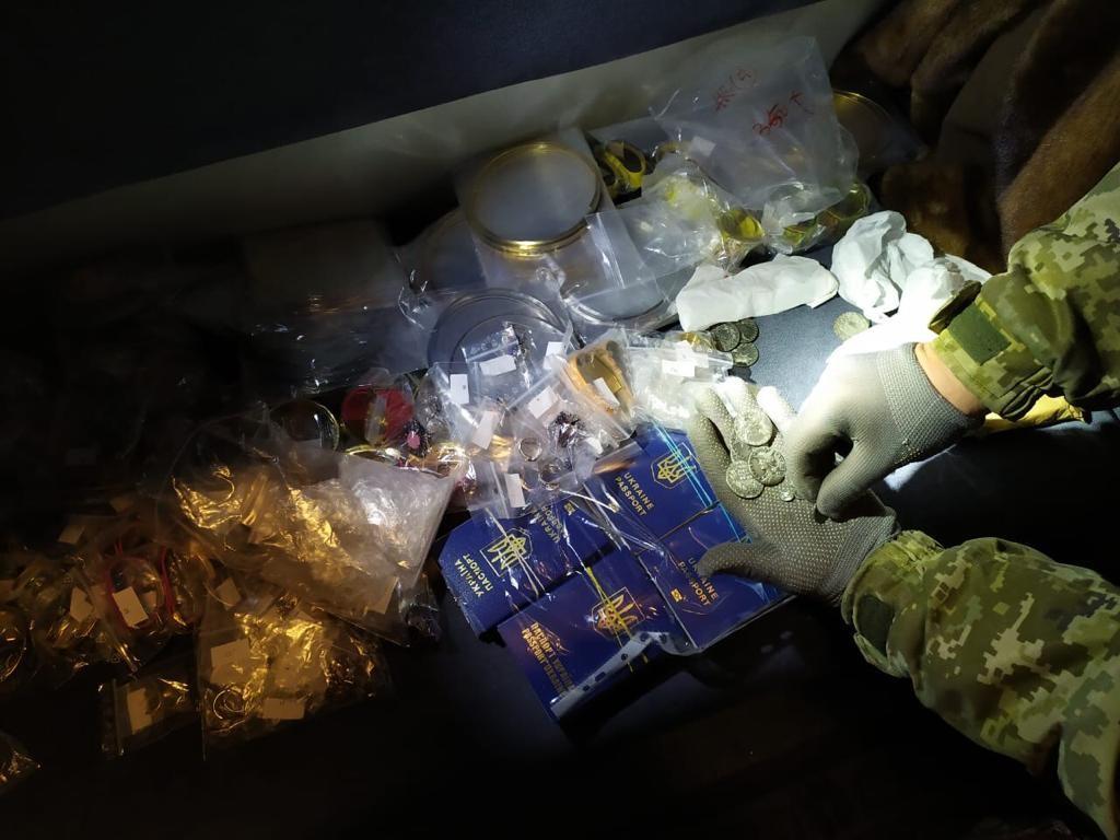 """В поезде """"Киев-Москва"""" пограничники нашли в тайнике украинские загранспа..."""