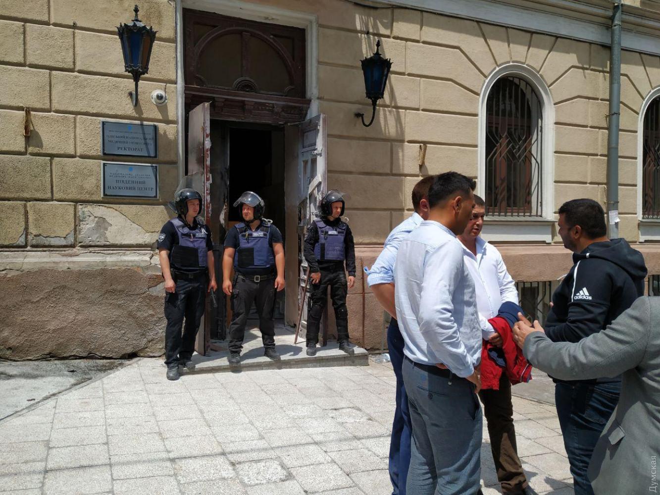 В Одесском медуниверситете беспорядки. Полиция задержала 51 участника со...