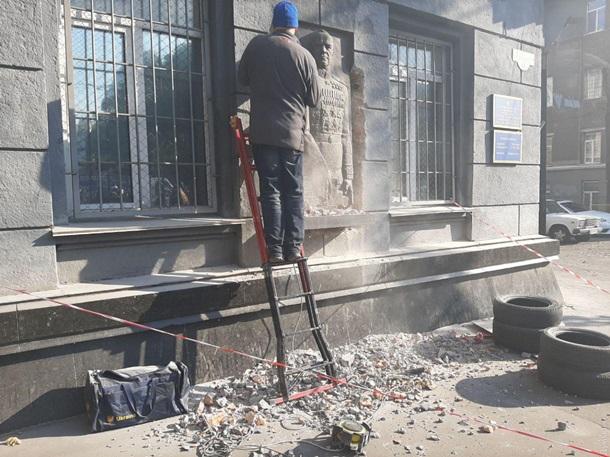 В Одессе демонтировали барельеф Георгию Жукову
