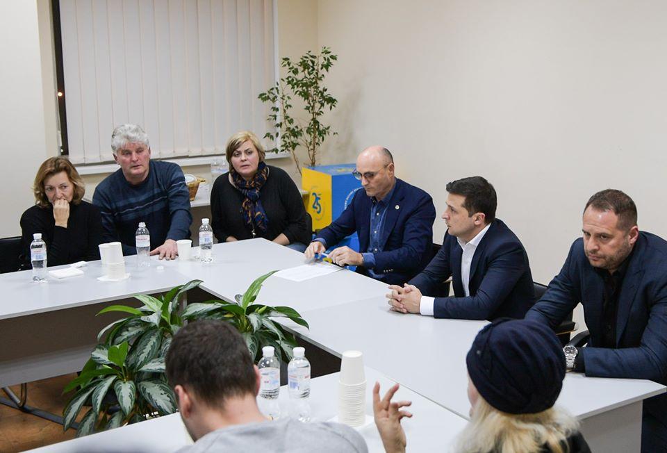 Зеленский встретился с родственниками погибших в авиакатастрофе над Иран...