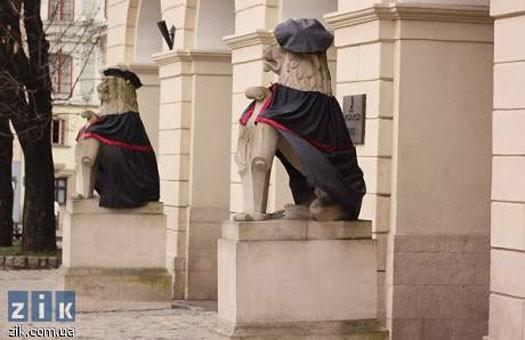 В День студента львовских львов одели в мантии (фото)