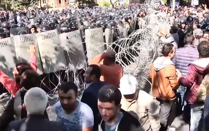 Бархатная революция в Армении: митингующие заблокировали здание правител...