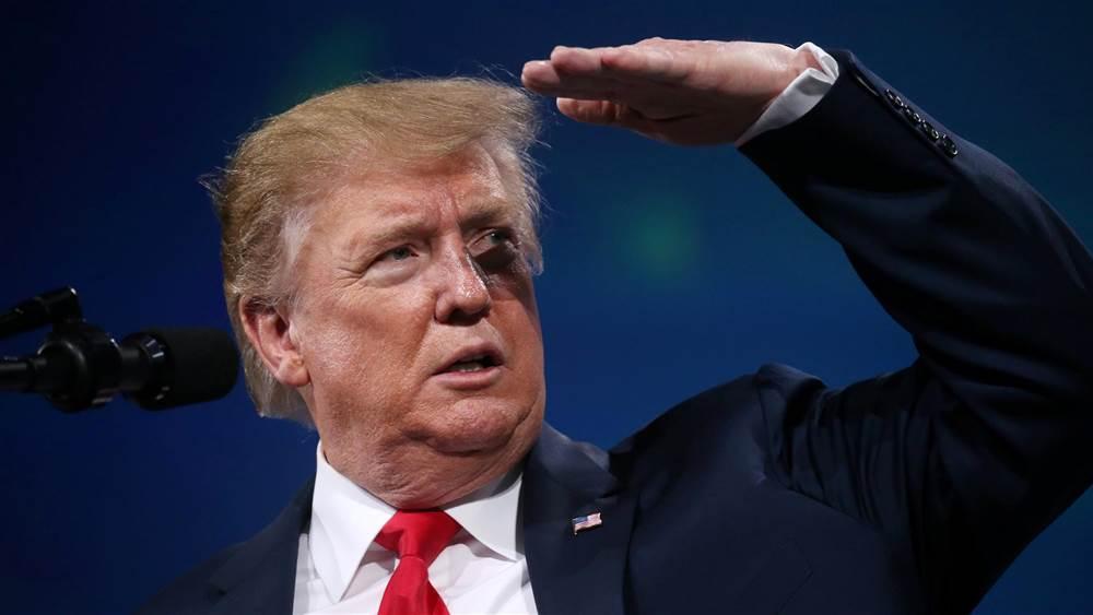 В Трампа кинули мобильный телефон во время выступления