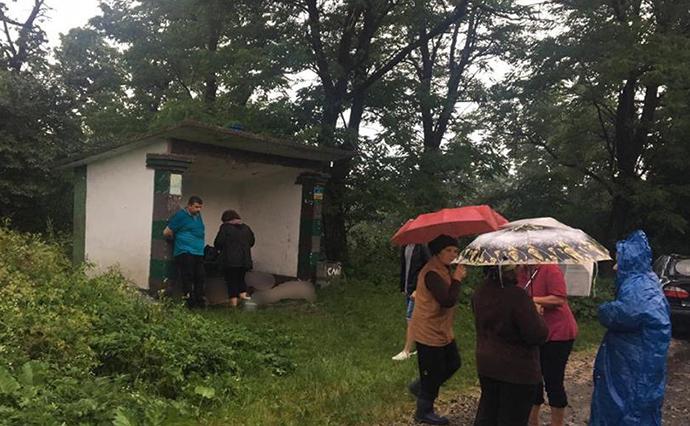 В Ивано-Франковской области молния попала в остановку: три человека поги...