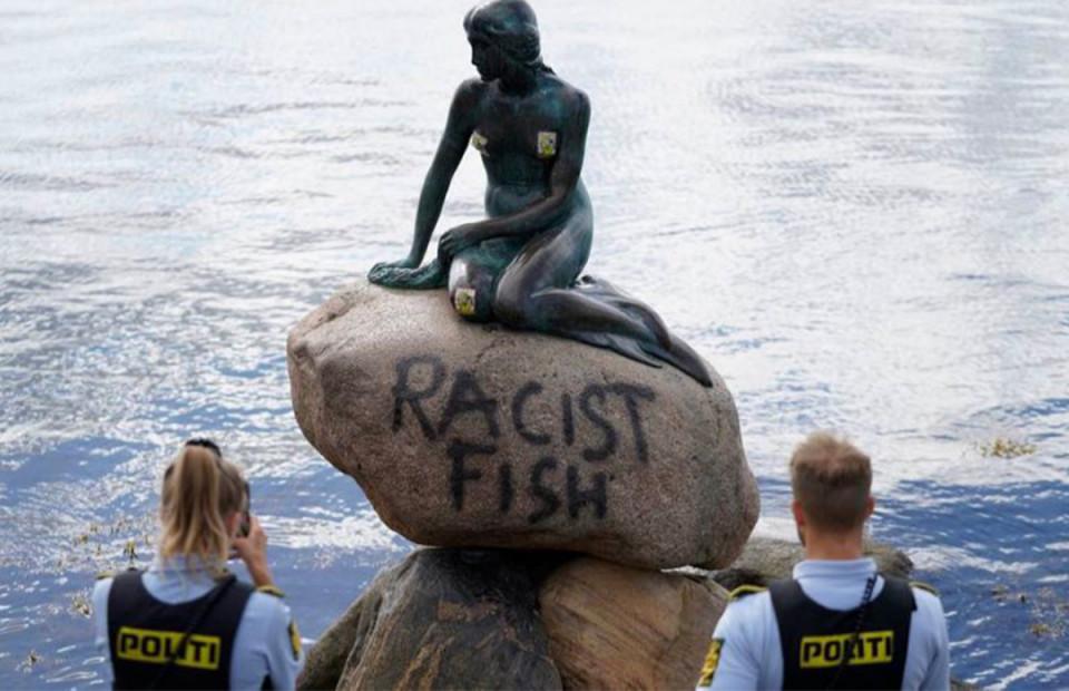 """""""Расистская рыба"""". В Копенгагене вандалы испортили памятник Русалочке"""