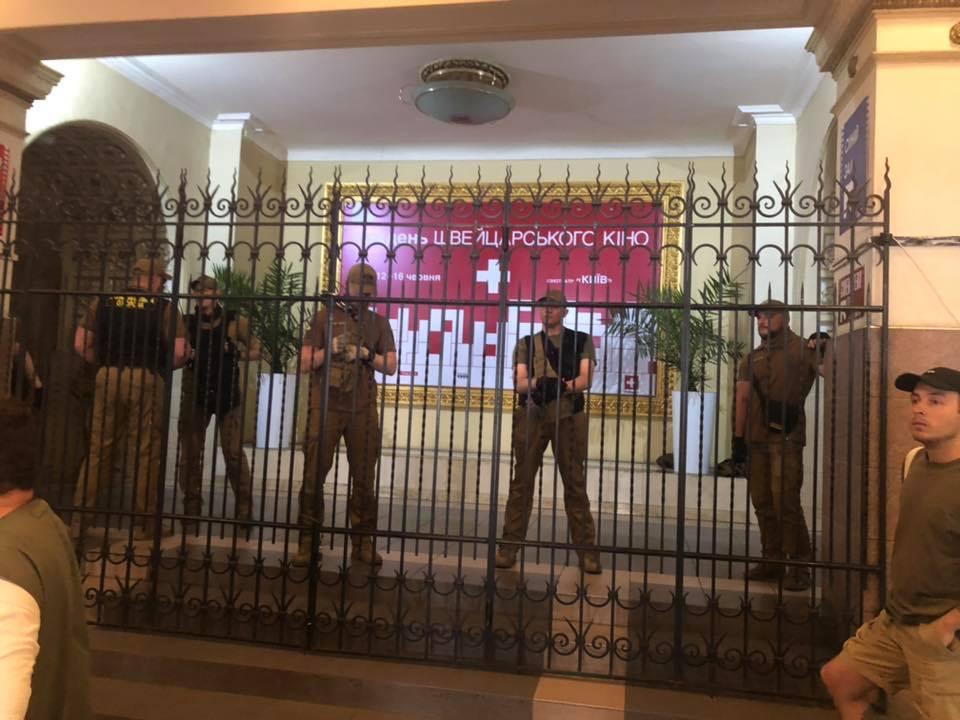 """Муниципальная варта сменила замки в кинотеатре """"Киев"""", – активисты"""