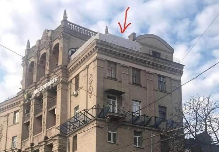 На Майдане Независимости начали демонтаж скандальной надстройки на крыше...