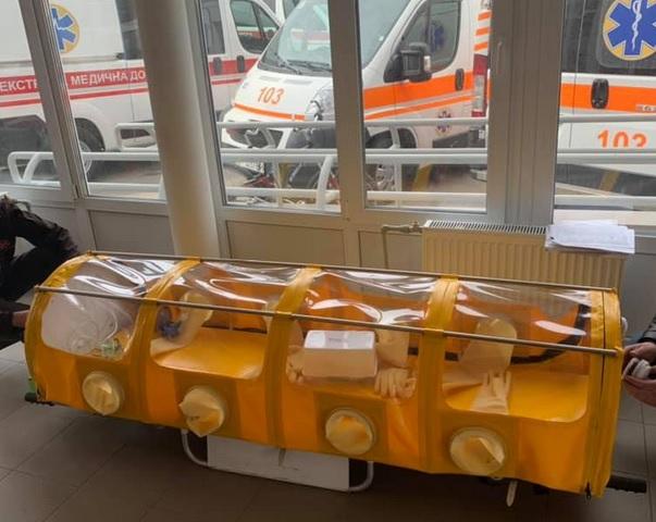 В Кременчуге изготовили герметичную капсулу для перевозки больных корона...