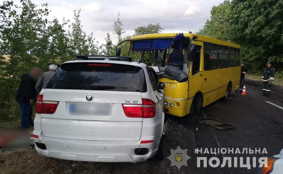 Под Черкассами маршрутка столкнулась с внедорожником, 10 человек пострад...