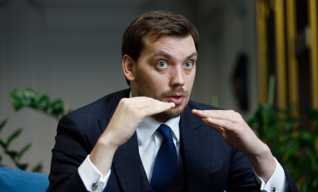 Гончарук опроверг информацию о проблемах с соцвыплами: Деньги есть