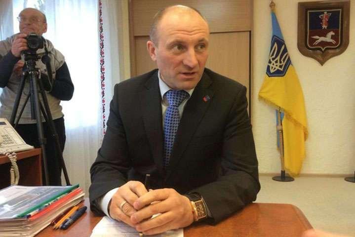 Мэр Черкасс пообещал демонтировать плакаты Порошенко с Путиным, если они...