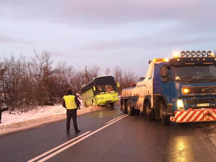 В Львовской области в кювет слетел туристический автобус
