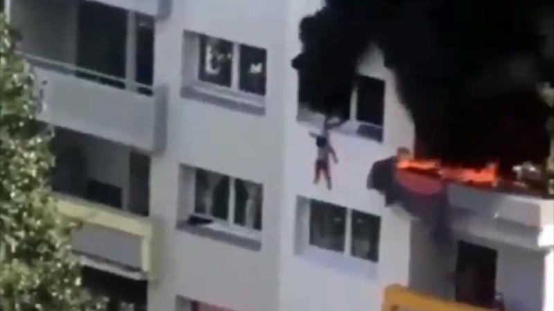 Поймали соседи. Во Франции дети выпрыгнули из окна 3 этажа из-за пожара...