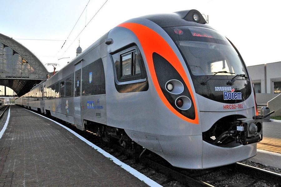 Укрзализныця возобновила движение почти половины поездов, отмененных из-...