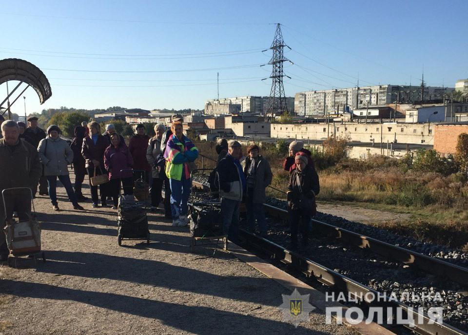 В Сумах возмущенные местные жители заблокировали поезд