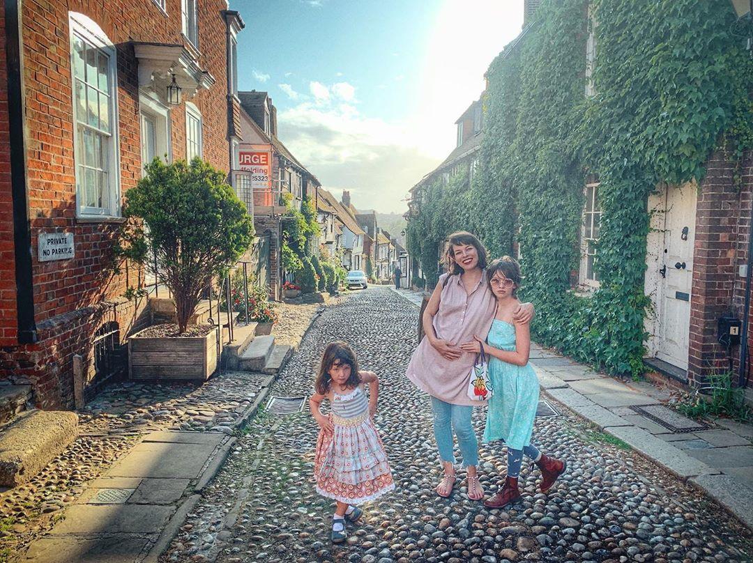 Беременная Милла Йовович отправилась в путешествие по Англии с семьей