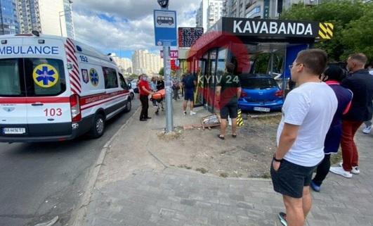 В Киеве иномарка влетела в кофейню на остановке: есть пострадавшие