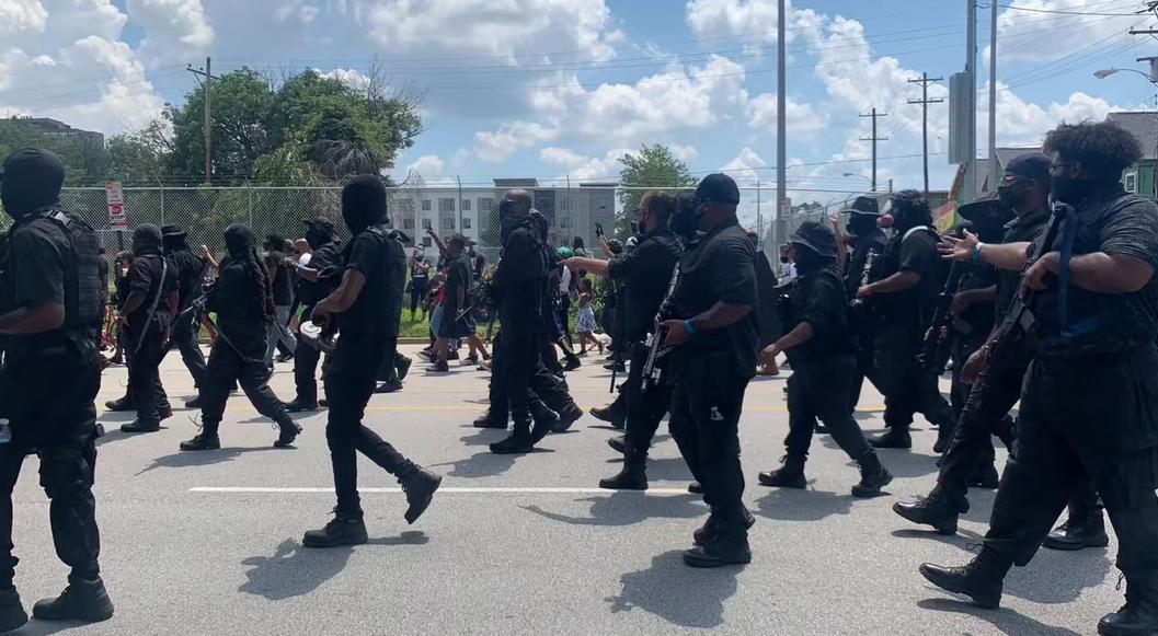 Чернокожие вооруженные демонстранты прошли маршем через Луисвилл, штат К...