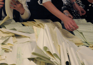 В Черкасской области кандидат хотел съесть протокол избирательной комисс...