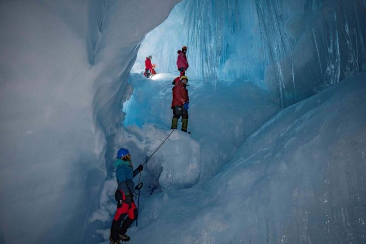 Украинские полярники нашли в Антарктиде огромную ледниковую пещеру