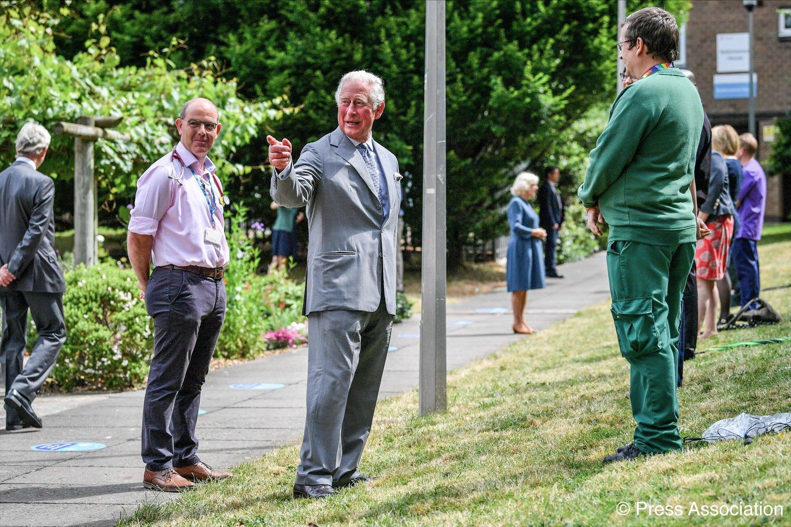 Принц Чарльз впервые появился на публике переболев коронавирусом и после...