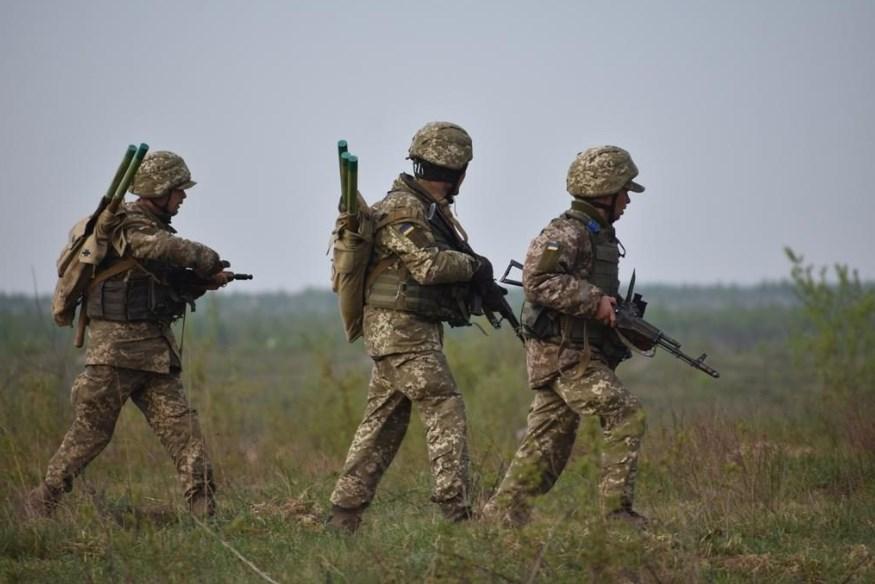 Один военный погиб и двое ранены на Донбассе в субботу, – штаб ООС
