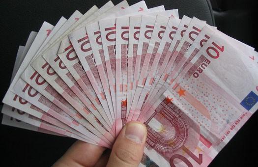 Опрос: в западных областях верят гривне, на востоке Украины - евро