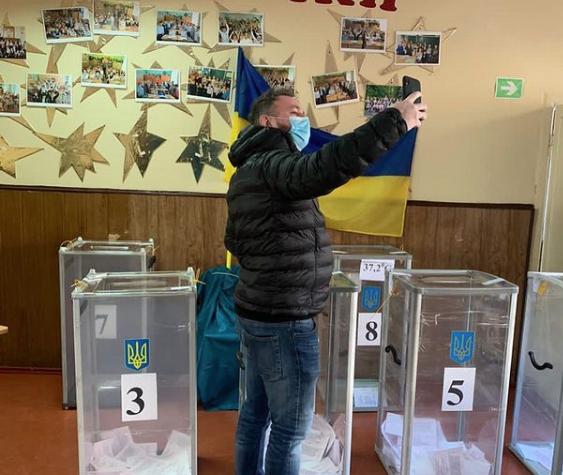 На местные выборы в Кривом Роге заманивают розыгрышем iPhone 12 (фото)