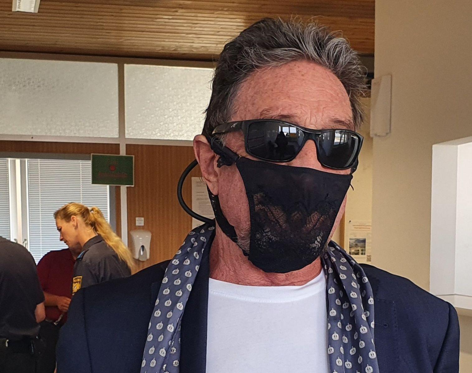 Американский магнат Джон Макафи был арестован за то, что надел на лицо ж...
