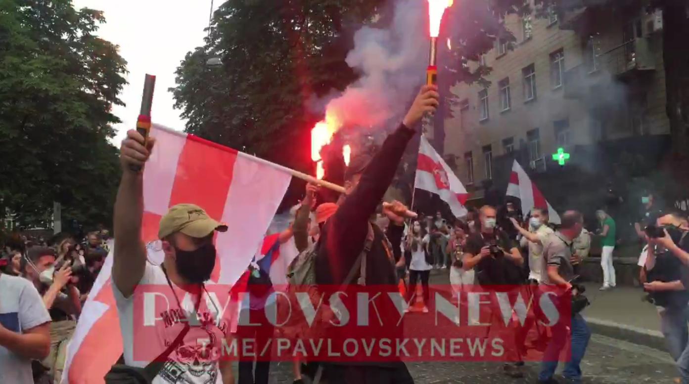 Активисты пришли под посольство Беларуси в Киеве: файеры и стычки с поли...