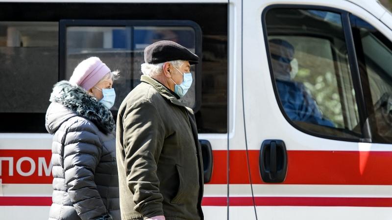 """Карантин в Украине: Кабмин обязал носить маски на улицах в городах """"красной"""" зоны"""