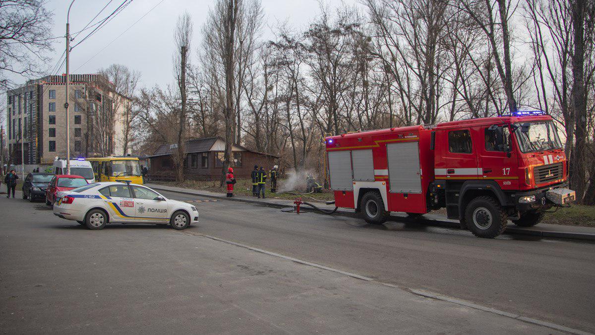 В Киеве во время пожара в люке теплотрассы нашли тела трех человек