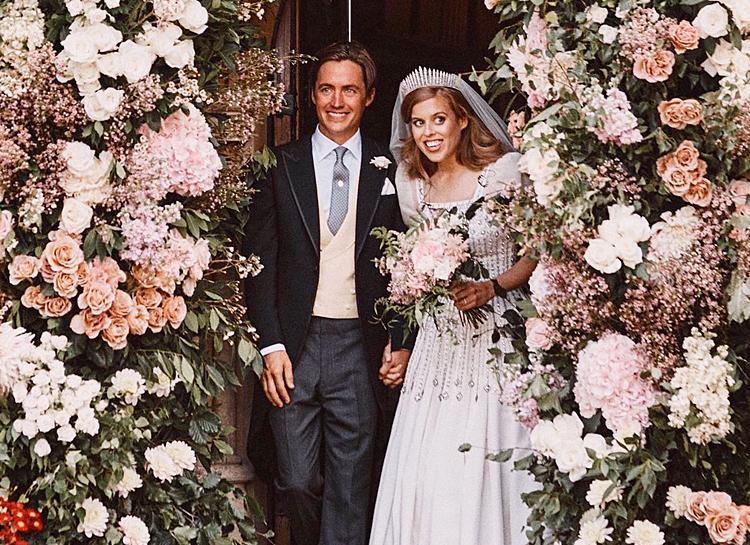 В платье бабушки. Появились первые фото с тайной свадьбы принцессы Беатр...