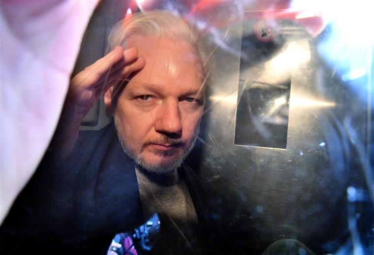 Швеция не будет требовать экстрадиции основателя WikiLeaks Джулиана Асса...