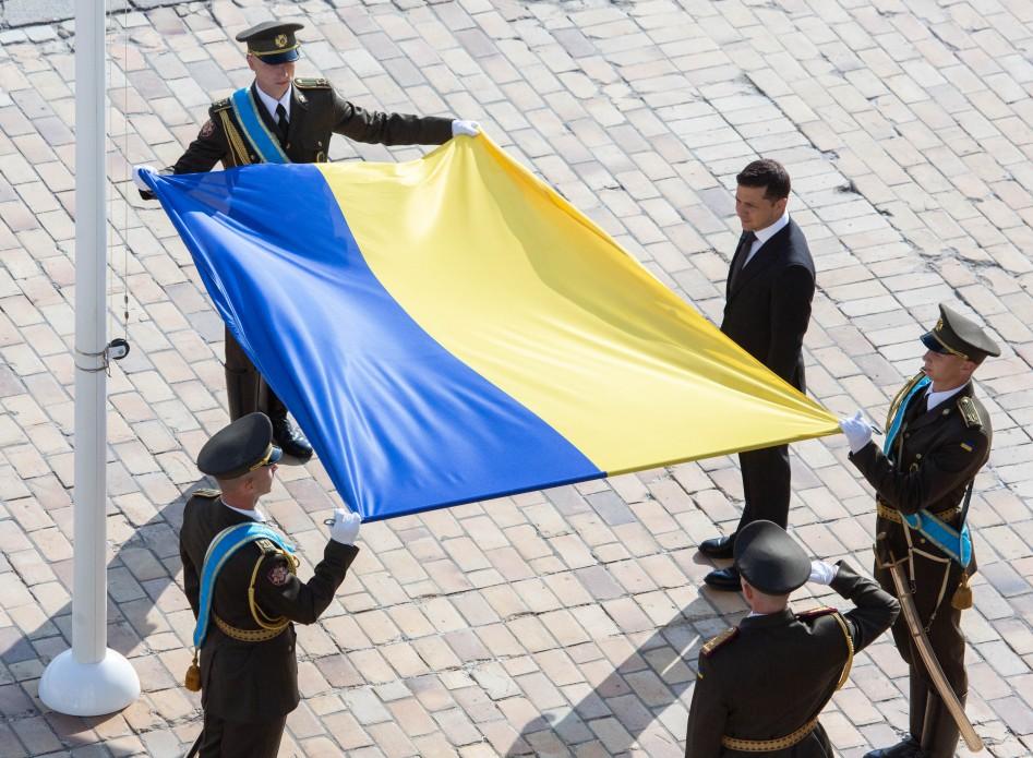 Зеленский призвал украинцев вывесить флаги из окон и попросить у Бога пр...