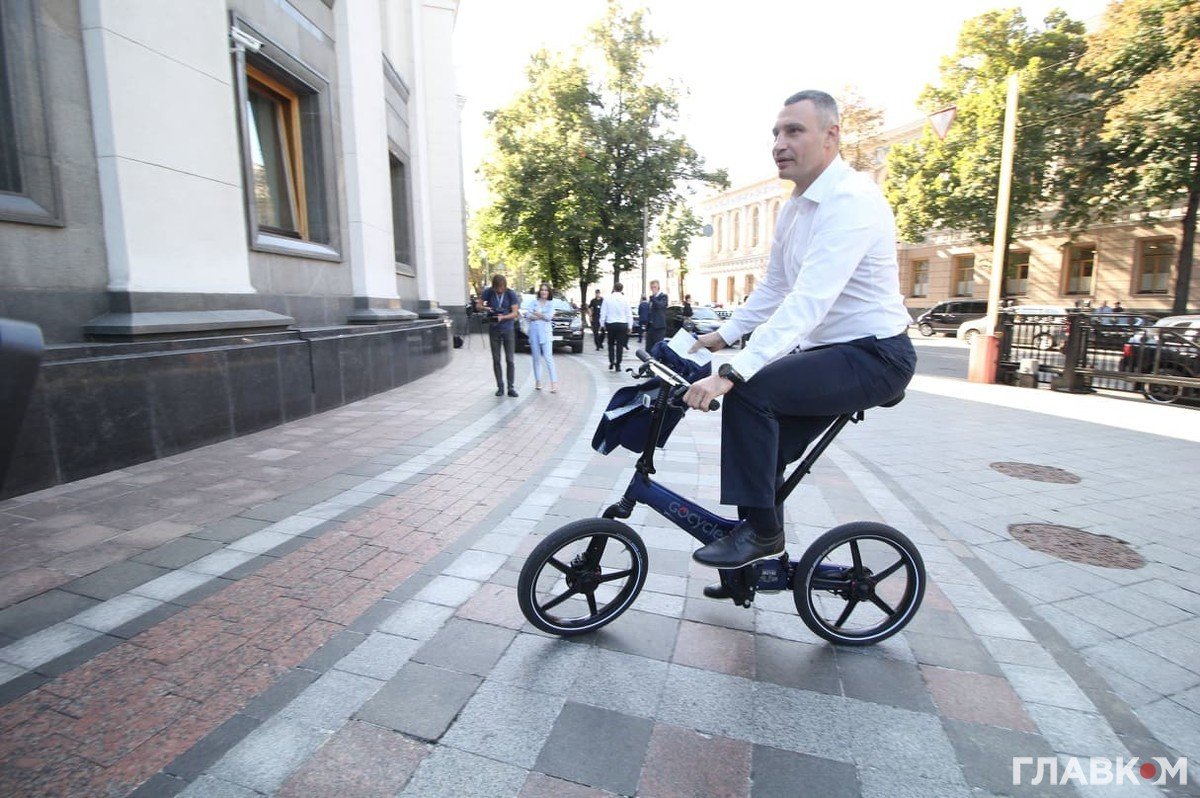 Мэр Киева Виталий Кличко прибыл в Верховную Раду на велосипеде