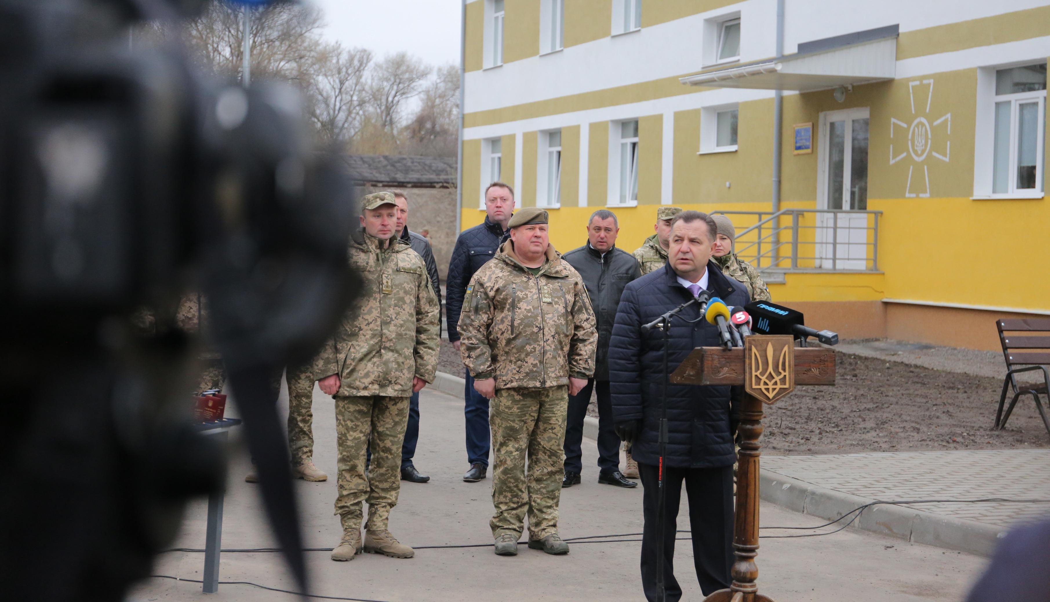 Благодаря украинским снайперам враг несет потери каждый день, – Полторак