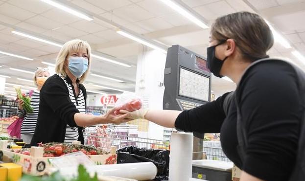 Владельцы магазинов должны за свой счет протестировать на коронавирус пе...