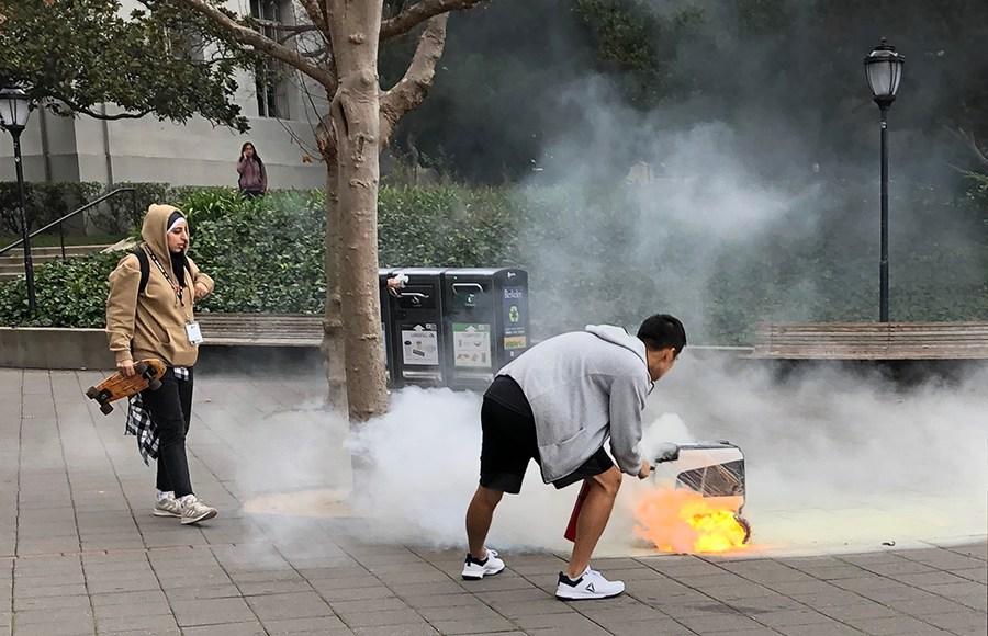 Робот-курьер загорелся во время доставки заказа