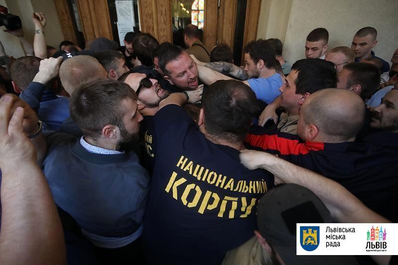 Националисты ворвались в городскую ратушу Львова. Садовый назвал их банд...