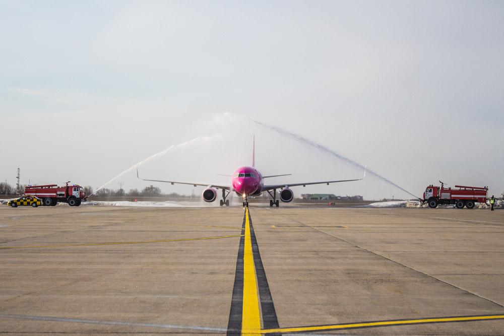 Первый за четыре года самолет Wizz Air в Харькове встретили водяным салю...