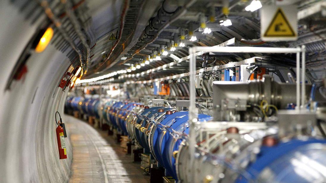 Большой адронный коллайдер приостановили на два года
