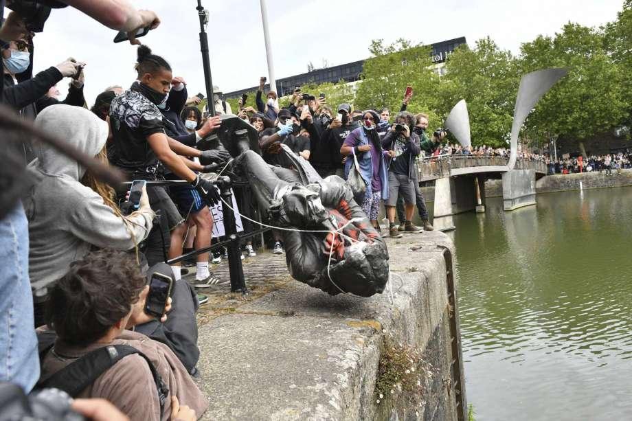 В Британии протестующие снесли статую меценату, который в XVII веке зани...