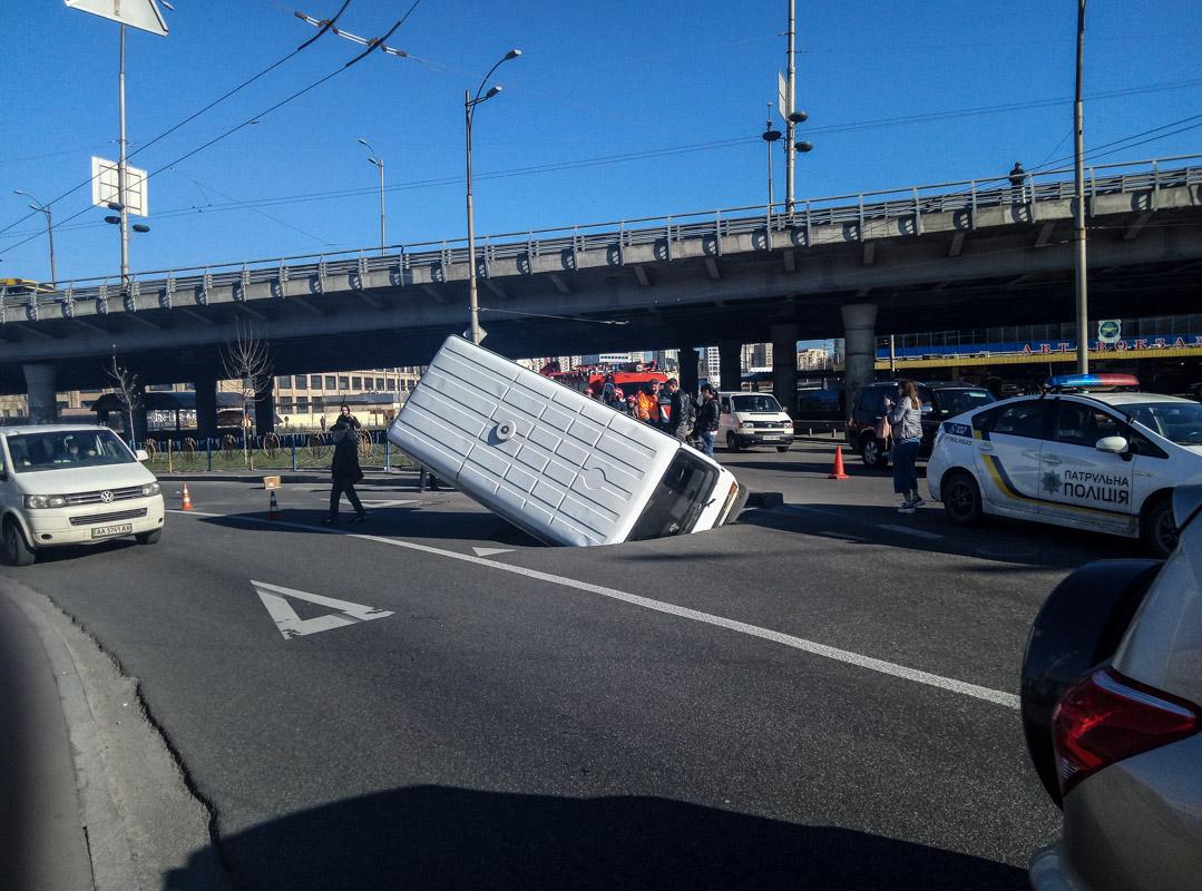В Киеве микроавтобус на ходу провалился под землю