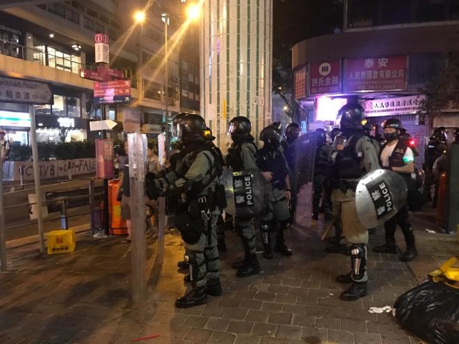 В Гонконге полиция впервые применила оружие с боевыми патронами