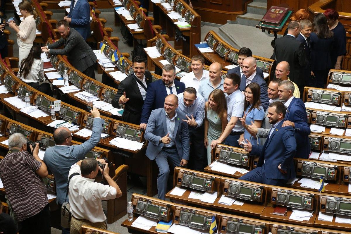 Депутаты взялись за Конституцию – неприкосновенность уже отменили. Как п...
